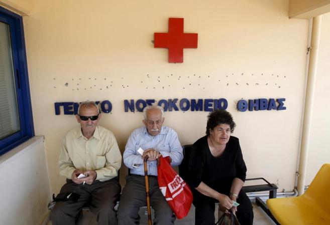 Varios pacientes esperan en un hospital de Tebas, situada al noroeste...
