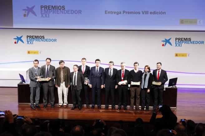 Fotografía de familia de los premiados con el ministro Soria.