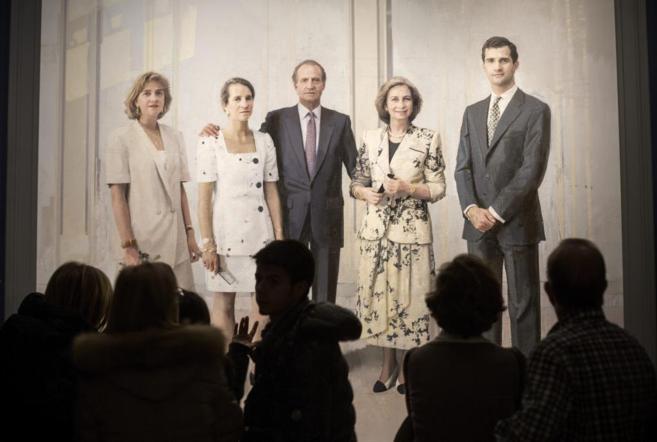 Varios ciudadanos contemplan 'La familia de Juan Carlos I'...