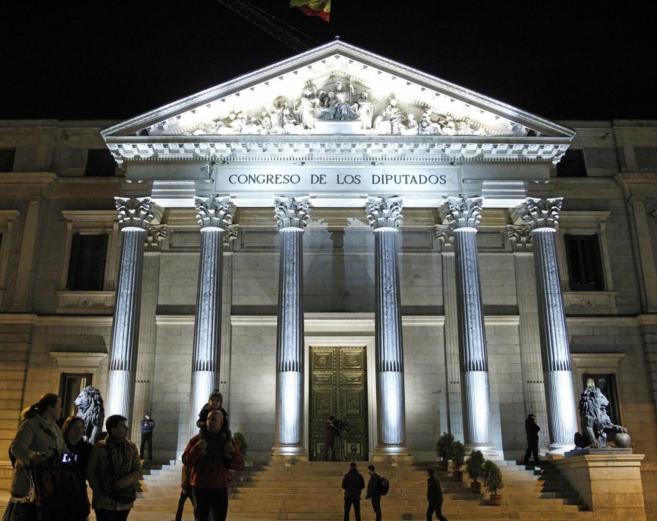 a Puerta de los Leones del Congreso de los Diputados luce desde esta...