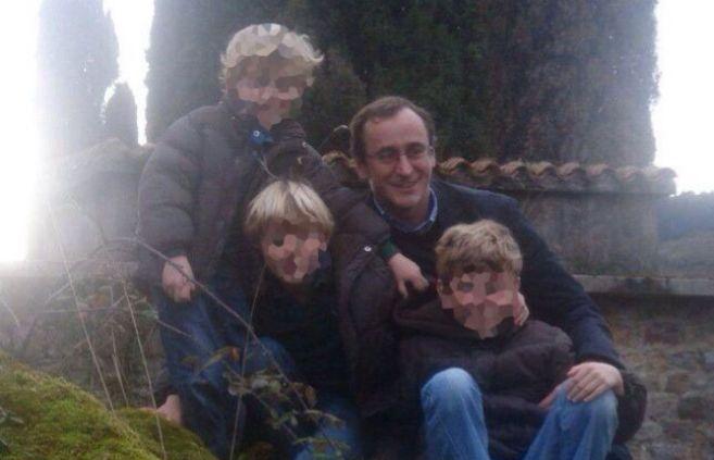 Alfonso Alonso con tres de sus cuatro hijos en una foto familiar