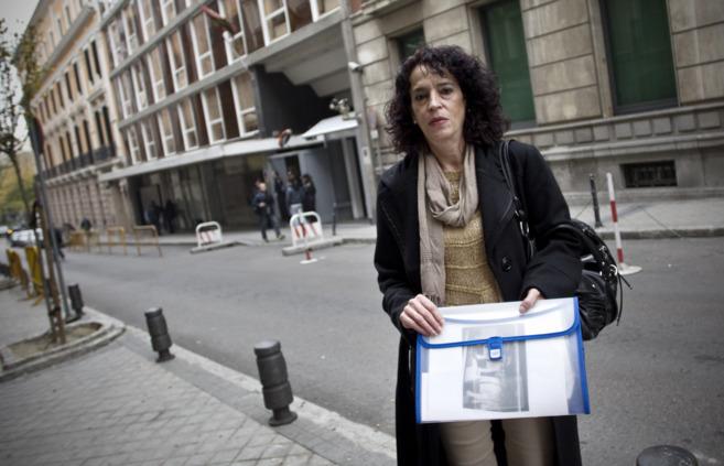 Laura Martín, viuda de García Goena, en la entrada de la Audiencia...