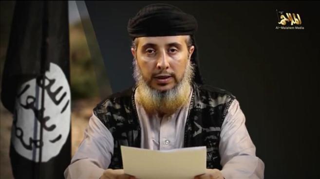 Un miembro de Al Qaeda en la Península Arábiga lee un comunicado...