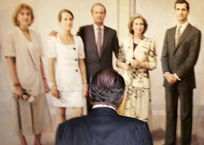 El Rey Juan Carlos, ante el retrato de la Familia Real de Antonio...