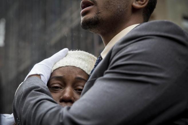 Familiares de Akai Gurley se abrazan durante su funeral, ayer.