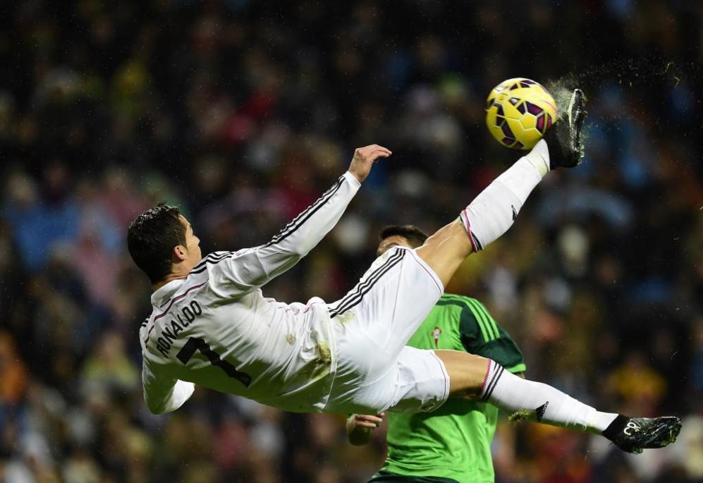 Cristiano Ronaldo realiza una impresionante chilena, en el partido...