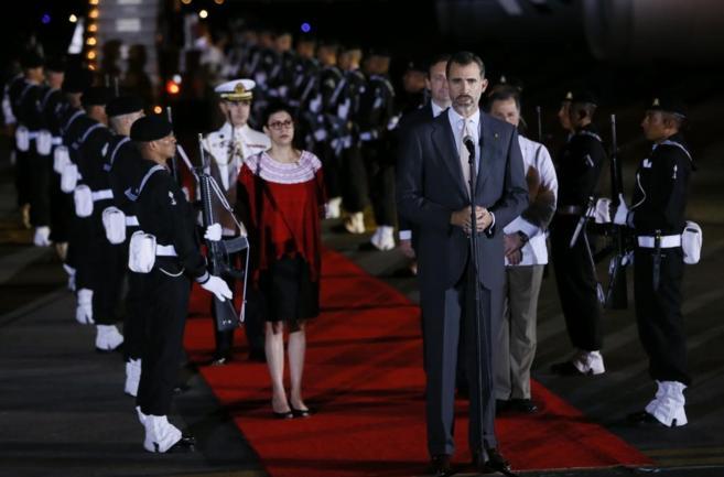 Felipe VI pronuncia unas palabras a su llegada al aeropuerto de...