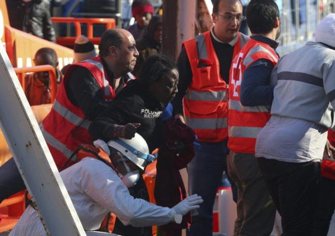 Una de las mujeres rescatadas el viernes de la patera de la que...
