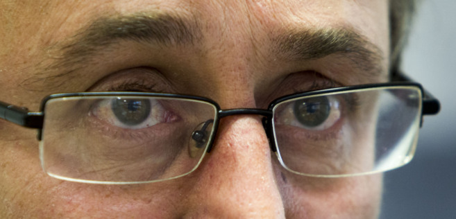 Alfonso Alonso Aranegui mira a través de sus gafas en uno de sus...