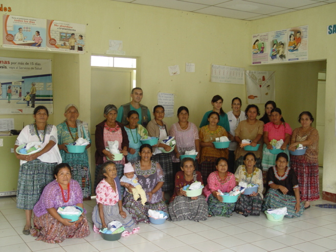 Parteras de Quiché, con los kits sanitarios que les proporciona la...