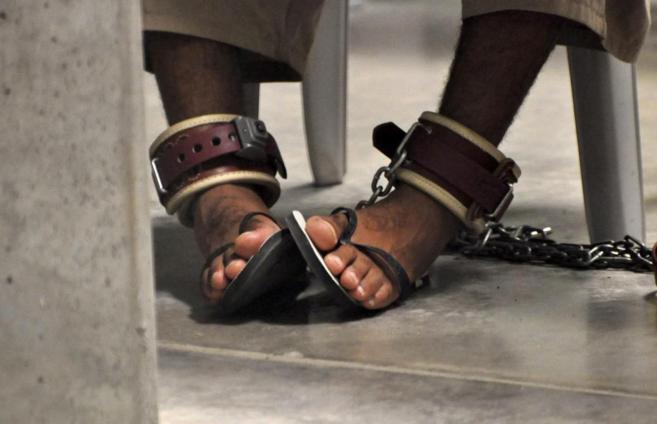 Un preso de Guantánamo, encadenado.