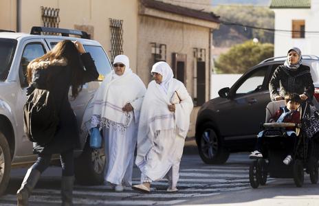 Varias mujeres con distintas vestimentas pasean por las calles de Ceuta.