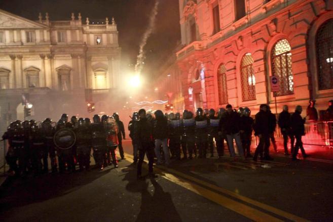 Cordón policial junto a la Scala para evitar la entrada de...
