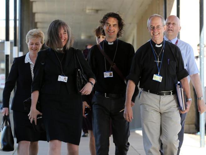 El arzobispo Welby (derecha) junto a varios colaboradores.