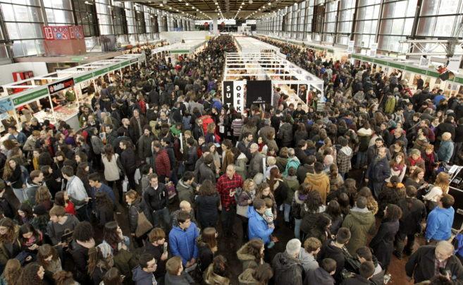 Un gran número de personas visitan Durangoko Azoka.