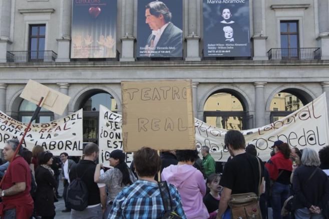 Imagen de las protestas laborales frente al Teatro Real de Madrid, en...