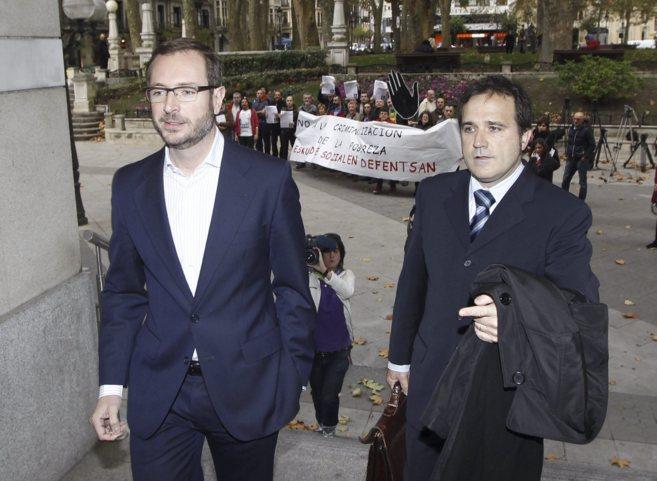 Maroto, con un abogado, en la sede de la Fiscalía de Bilbao.