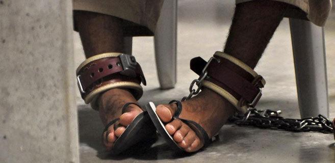 Preso de la cárcel de Guantánamo con los pies encadenados.