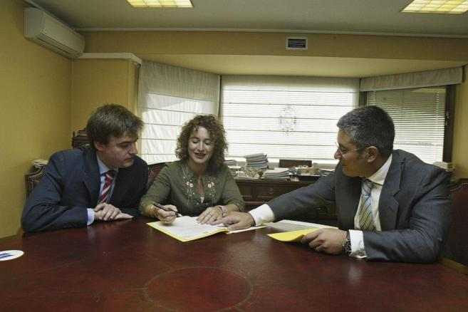 Imagen de la firma de un contrato de compraventa de una vivienda ante...