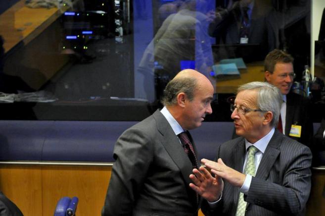 Luis de Guindos, ministro de Economía, habla con Jean-Claude Juncker,...