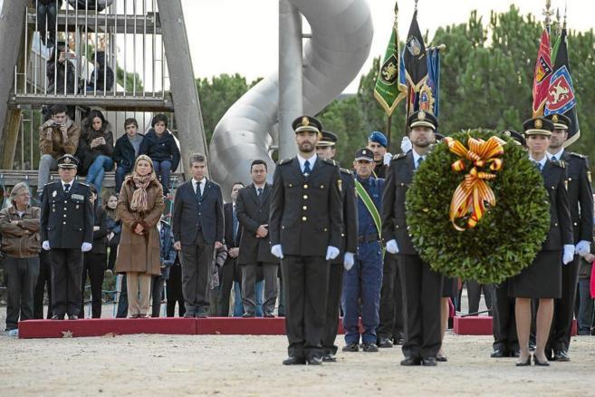 Las autoridades presidieron el acto de recuerdo a las víctimas de ETA...