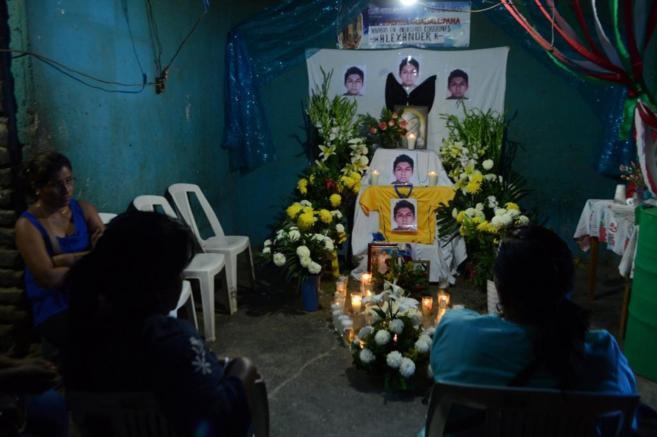 Familiares de Alexander Mora durante su velatorio.
