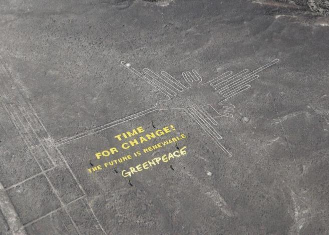 Letrero de Greenpeace en las líneas de Nazca.