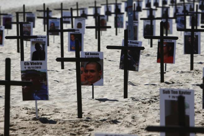 Cruces en la playa de Copacabana en homenaje a los policías...