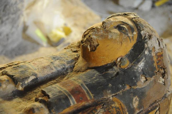 El féretro de madera y yeso hallado en Luxor contiene la momia...