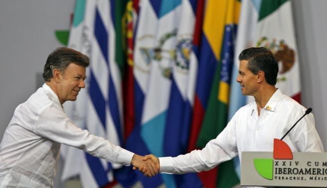 El presidente de México, Enrique Peña Nieto (d) junto al presidente...