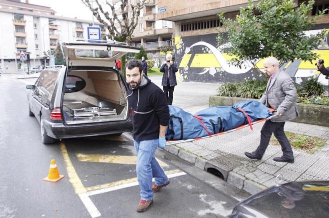 Traslado de uno de los cadáveres en Abadiño.