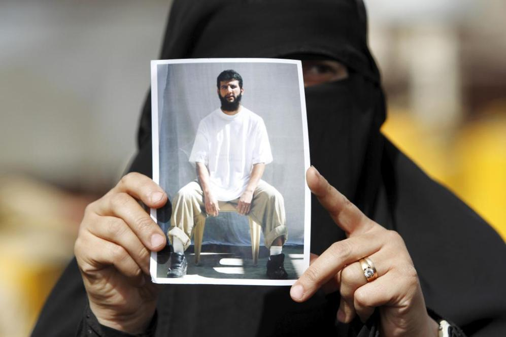 Una mujer muestra la foto de un detenido en Guantánamo, ayer en Sanaa...