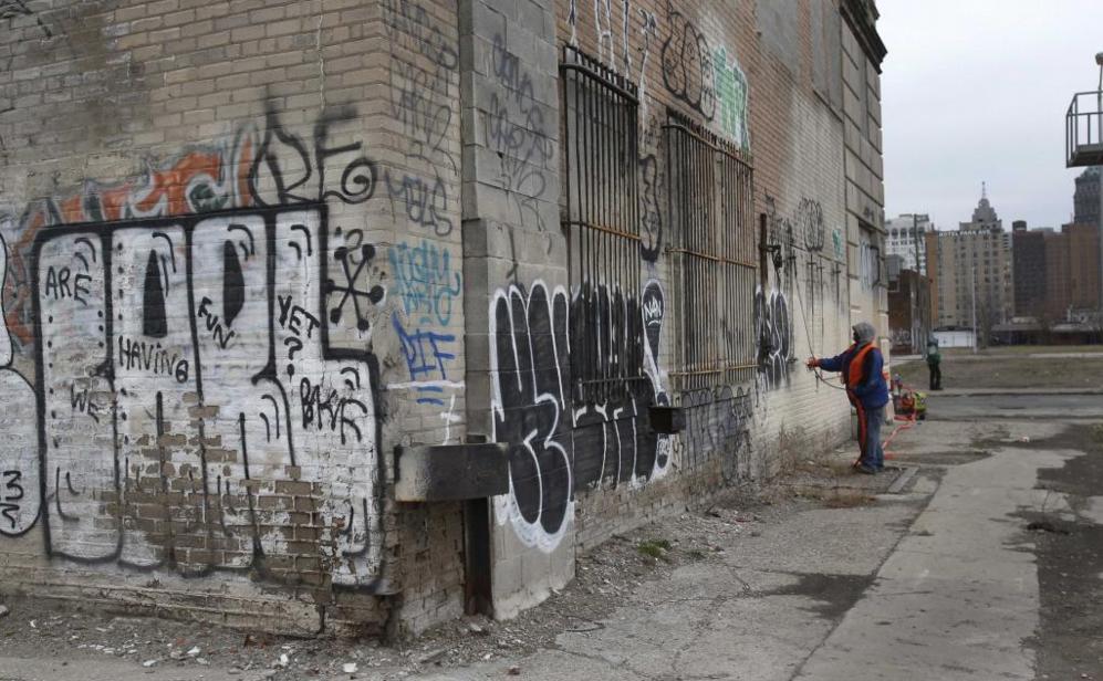 Un operario de limpieza, Duane Buauford, borra graffitis en un...