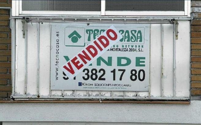 Imagen de archivo de un cartel de 'Vendido' en la ventana de...