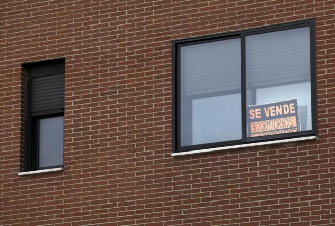 Cartel de 'Se vende' en la ventana de un edificio del barrio...