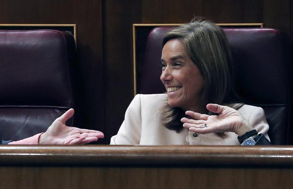 Ana Mato, en su escaño de diputada, conversa muy risueña con sus...