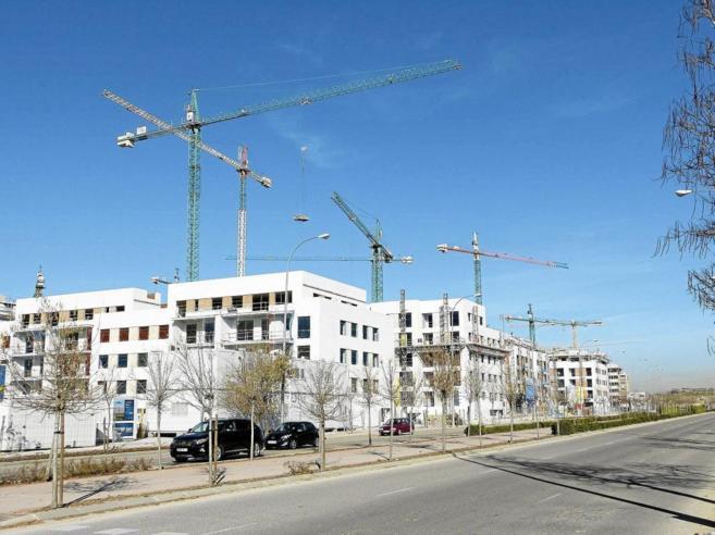 Varias grúas levantan bloques de viviendas en el nuevo barrio de...