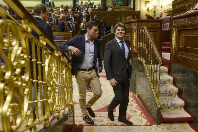 Pedro Sánchez y Jorge Moragas, en el Congreso de los Diputados.
