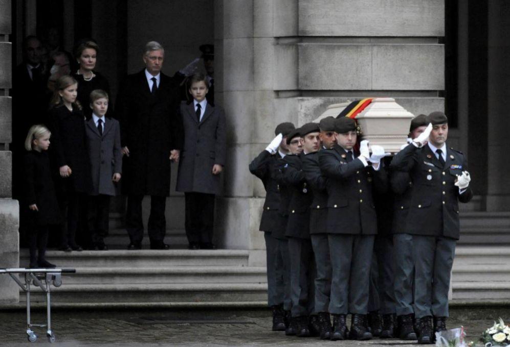 El féretro de Fabiola sale del Palacio Real de Bruselas. Detrás,...