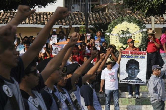 Familiares de los 43 estudiantes desaparecidos denuncian el...