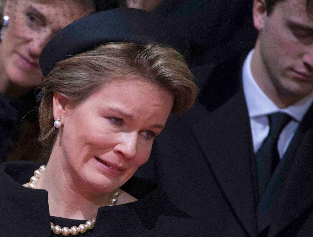 La reina Matilde, muy emocionada durante la despedida.