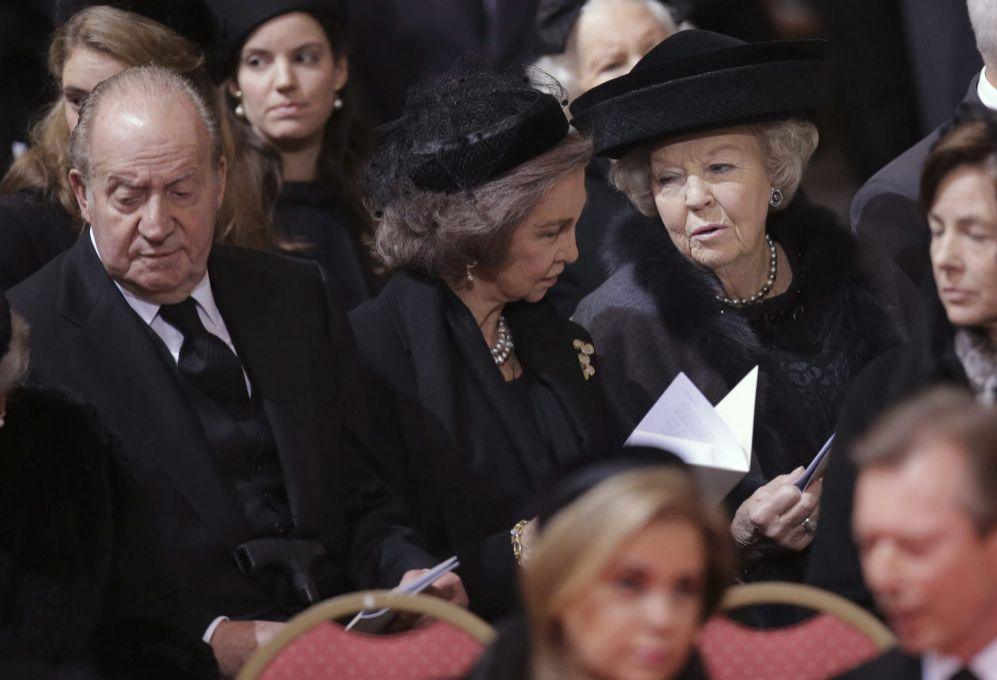 Don Juan Carlos y Doña Sofía, junto a la princesa Beatriz de...