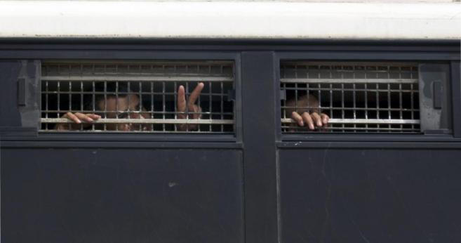 Prisioneros palestinos, a su llegada a la cárcel de Ketzion.