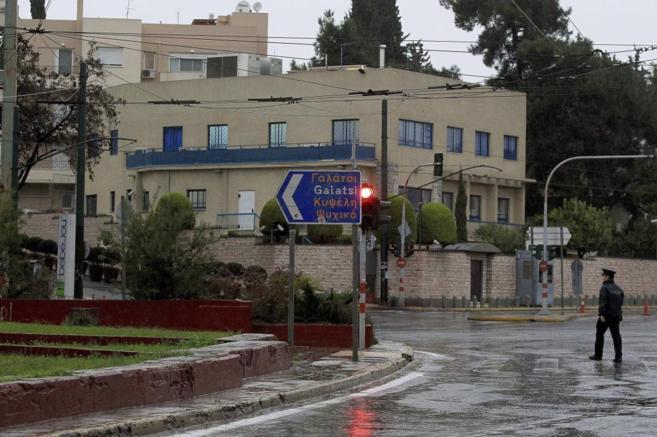 La policía acordona los aledaños de la embajada israelí en Atenas.