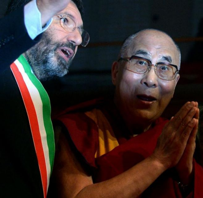 El alcalde de Roma, Ignazio Marino, recibe al Dalai Lama a su llegada...