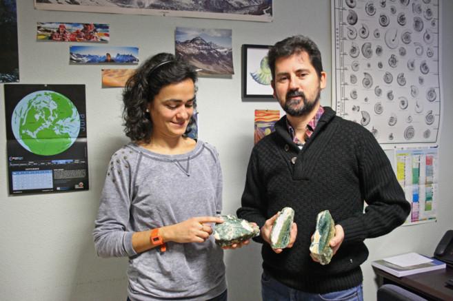El paleontólogo Matías Reolid y la mineralogista María Isabel Abad.