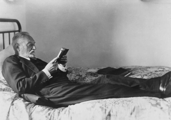 El filósofo Miguel de Unamuno, tumbado en su cama en los años 30.