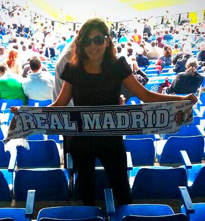 EN EL BERNABÉU. Dina en la grada del partido del Real Madrid contra el Málaga, el 19 de octubre de 2013.