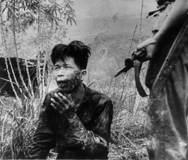 Un soldado apunta a un joven indonesio capturado, en una imagen de...