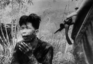 Un soldado apunta a un prisionero en 1965.
